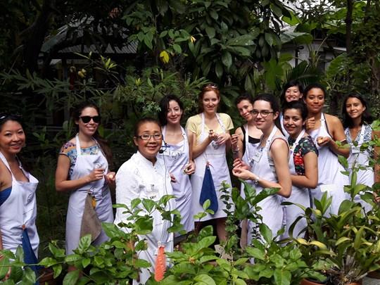 Un cours de cuisine en groupe, pour découvrir les saveurs locales