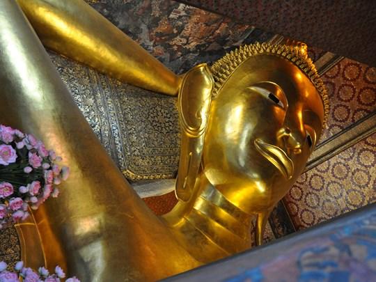 Vous y découvrirez son immense Bouddha couché doré