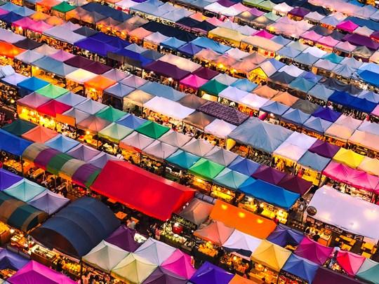 Flânez le long des rues encombrées et colorées