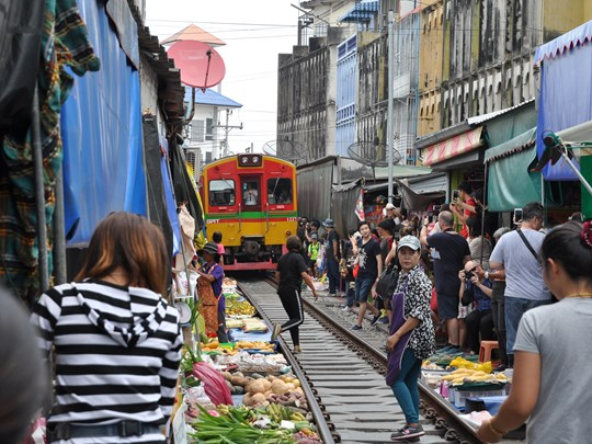 Le marché de Mae Klong, situé directement sur le chemin de fer