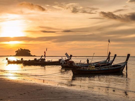 Admirez un magnifique coucher de soleil sur la plage à Phuket