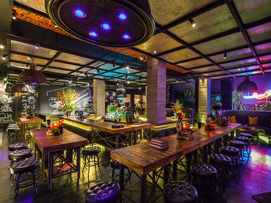 Le bar Dirty Monstera de l'hôtel The Slate Phuket