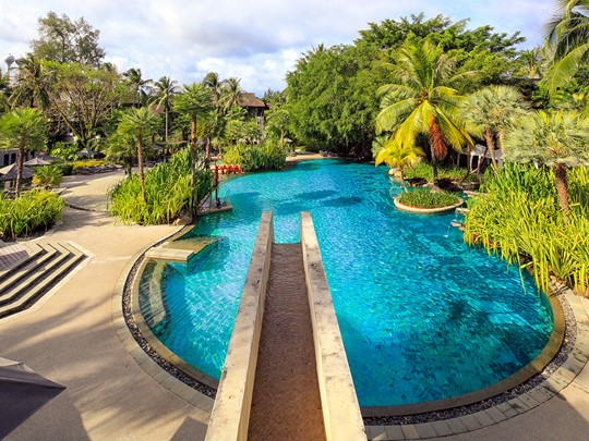 La grande piscine familiale de l'hôtel The Slate