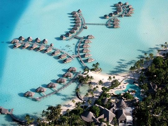 Vue aérienne de l'hôtel Bora Bora Pearl Beach Resort situé sur le Motu Tevairoa en Polynésie