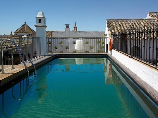La piscine de l'hôtel Las Casas del Rey situé dans le centre historique de Séville