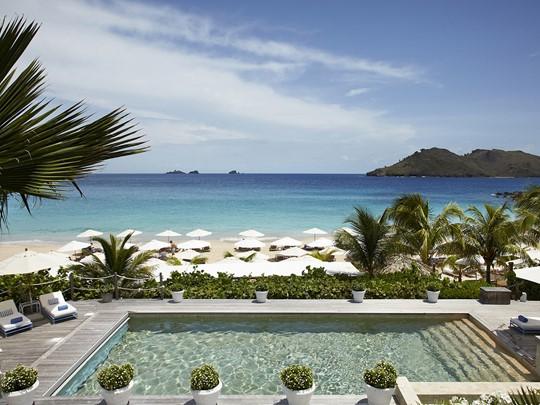 La piscine de l'hôtel Cheval Blanc situé aux Antilles