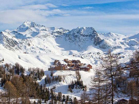 Vue du Club Med Aime la Plagne situé face au Mont-Blanc