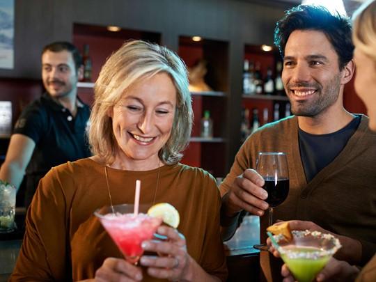 Sirotez des délicieux cocktails au bar L'Izoard du Club Med