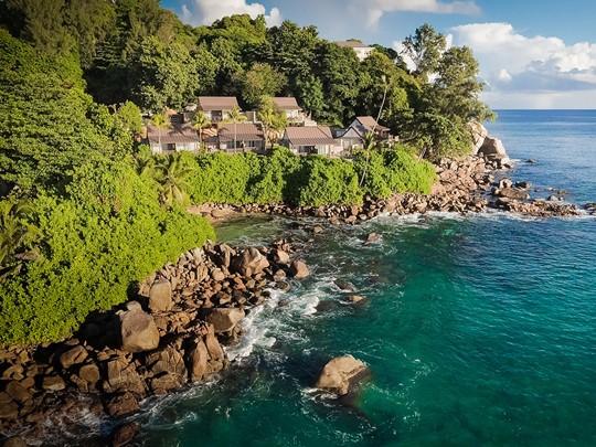 Le Carana Beach Hotel, niché entre l'océan et la végétation luxuriante de Mahé