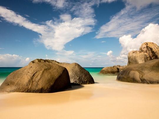 Les superbes rochers granitiques, emblème des Seychelles, sur la plage du Carana Beach Hotel