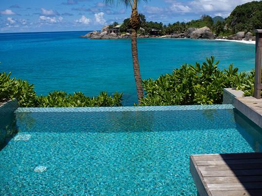 La vue depuis la piscine de l'un des chalets du Carana Beach Hotel
