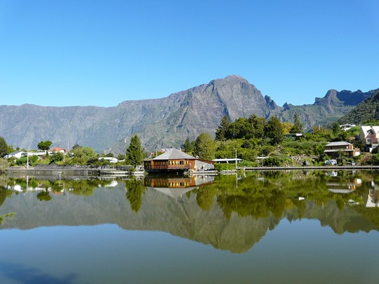 Découvrez la Réunion et ses paysages verdoyants.