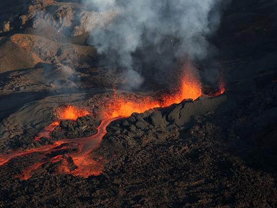 Découvrez le célèbre volcan actif, le Piton de la Fournaise.