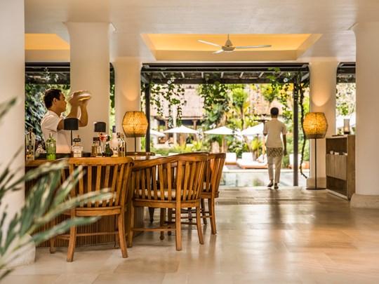 Cocktails exotiques au bar Uma