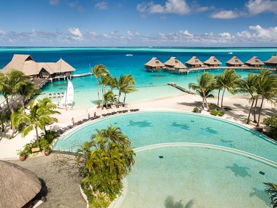 La piscine et la plage du Conrad Bora Bora Nui en Polynésie