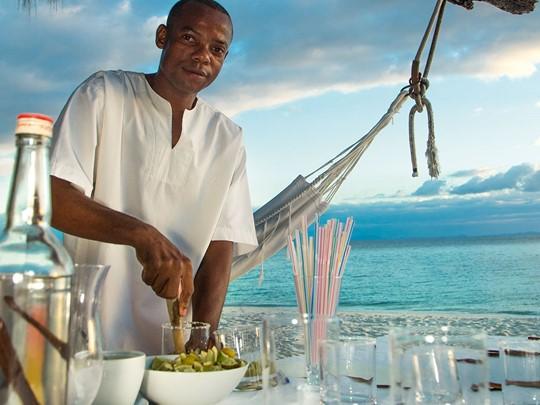 Dégustez des boissons fraîches sur la plage de l'hôtel Constance