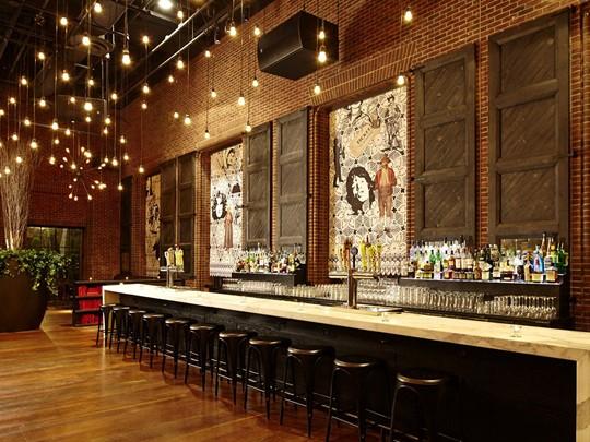 Séjournez à l'hôtel Hudson et profitez-en pour découvrir leur joli restaurant.