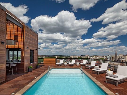La belle piscine et le panorama de Washington, vus depuis le Kimpton