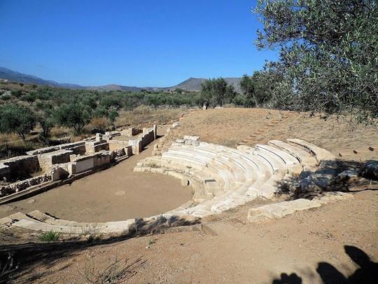 Faites une halte aux ruines d'Aptera, où l'on apperçoit des bains et anciennes citernes romaines
