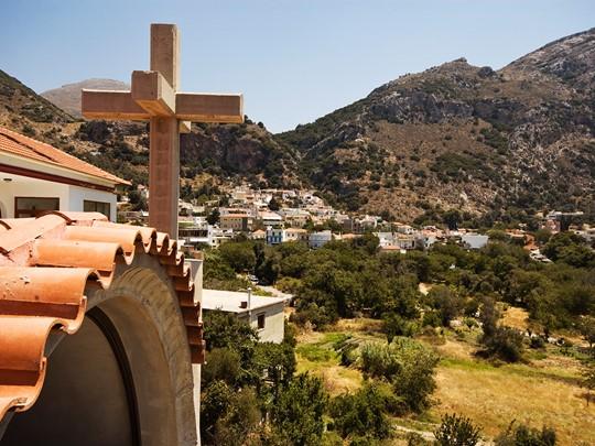 En chemin, découvrez le village de Spili, niché au coeur d'une végétation méditerranéenne