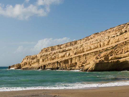 Passez l'après-midi à Matala Beach, une petite plage dominée par des grottes romaines