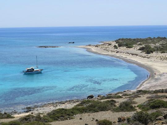 Rejoignez l'île de Chrissi, située en face d'Iéràpetra et profitez du soleil au bord des eaux turquoise