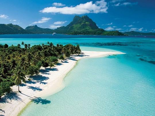 Débutez votre périple à Tahiti, île appréciée pour son mélange de cultures, de paysages et de couleurs.