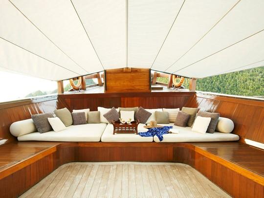 Relaxez-vous durant votre expédition à bord du luxueux Amanikan.