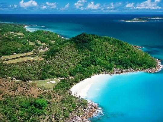 Poursuivez votre voyage vers Praslin, cette île au charme authentique ravira les amoureux de la nature et les voyageurs en quête de quiétude et de dépaysement