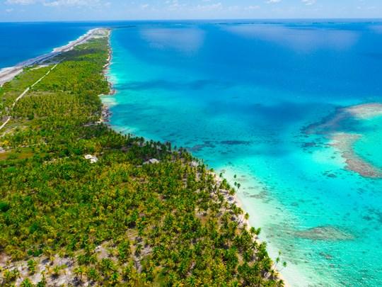 Le lagon aux multiples nuances de bleu de l'atoll de Fakarava