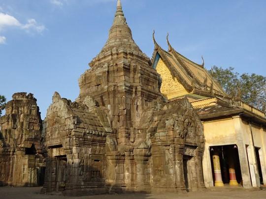Visite du Wat Nokor, un temple construit sur les ruines d?un temple encore plus ancien