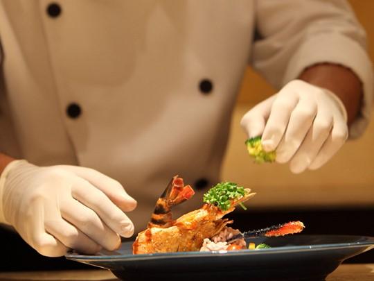 La cuisine réputée indochinoise n'aura plus de secret pour vous après un cours de cuisine à bord du Jayavarman