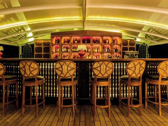 Le bar du bateau Road to Mandalay