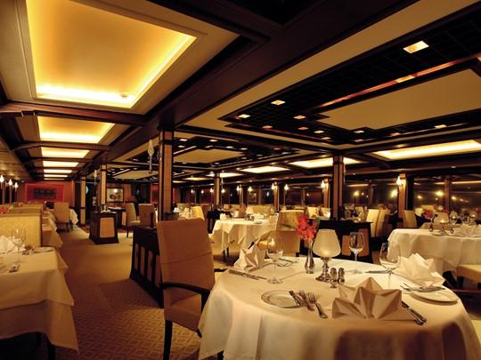 Diner sur le bateau Road to Mandalay