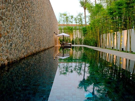 Détente au bord de la piscine de l'Amansara