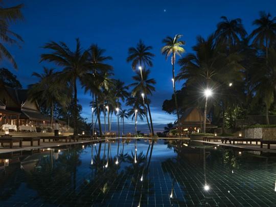 La piscine de l'Amanpuri le soir