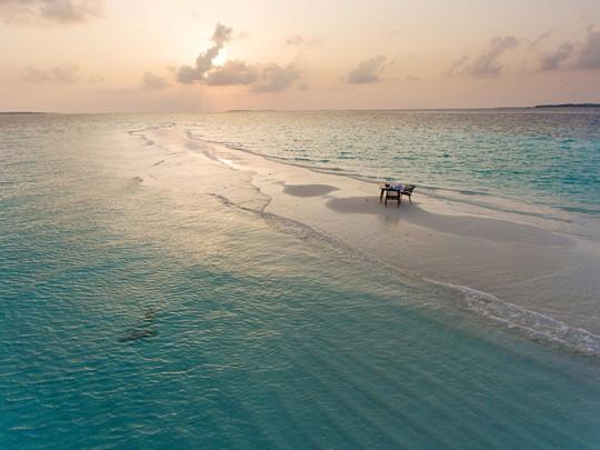 Repas romantique sur un banc de sable