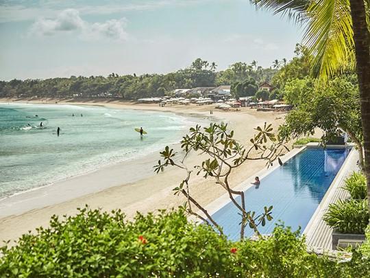 Profitez de la piscine, donnant directement sur la plage de Jimbaran