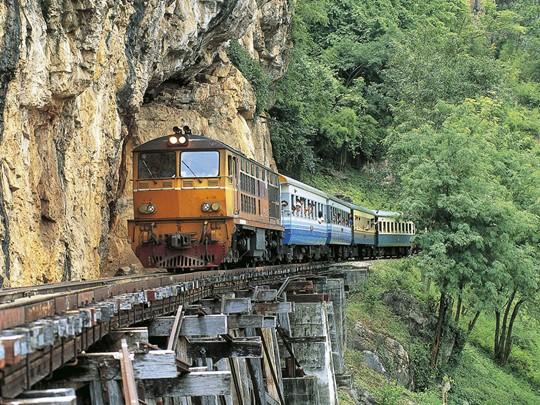 Observez les magnifiques paysages de la rivière et de la région depuis le train