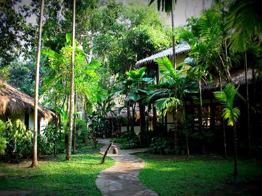 Vue du jardin du River Kwai Resotel à Kanchanaburi