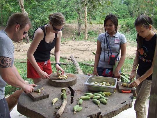 Préparez la nourriture pour les éléphants de Kamchanaburi