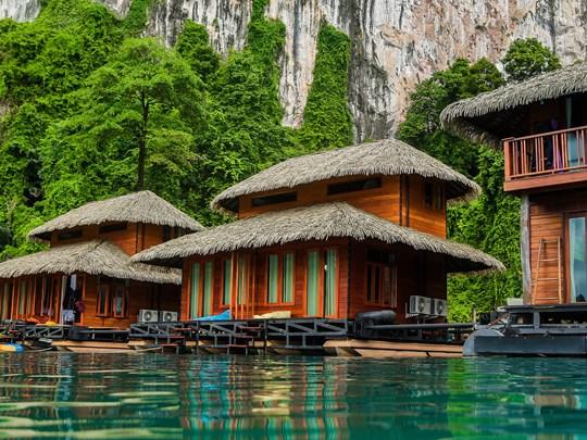 Séjournez à l'hôtel le Panavree, flottant sur l'eau