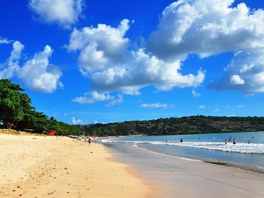 Détendez vous sur la sublime plage de sable blanc de Jimbaran