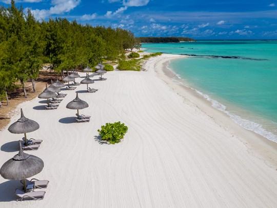 La plage immaculée de l'hôtel, aménagée sur l'île aux Cerfs