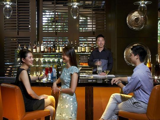 Sirotez des délicieux cocktails au One-Ninety Bar du Four Seasons