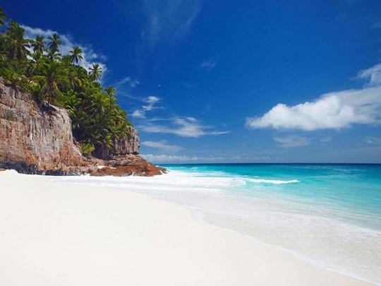 La plage de l'hôtel Fregate Island aux Seychelles