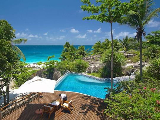La piscine de l'hôtel Fregate Island aux Seychelles