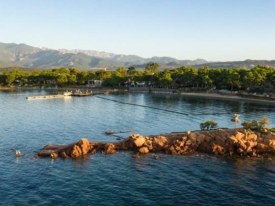 La plage du Grand Hôtel de Cala Rossa, l'une des meilleures adresses de l'île