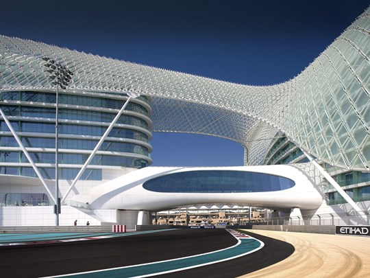 Séjournez au Yas Hotel Abu Dhabi, situé directement sur la piste