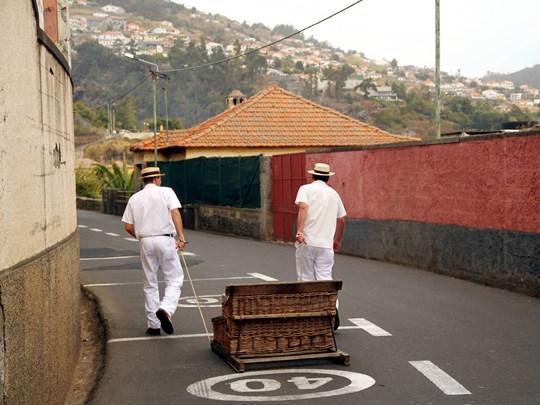 Dévalez les ruelles pentues de la ville dans un traîneau en osier, dirigé par des carreiros en habit traditionnel